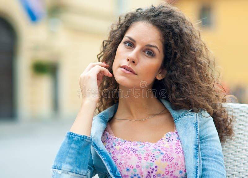 Привлекательный портрет красотки женщины стоковая фотография