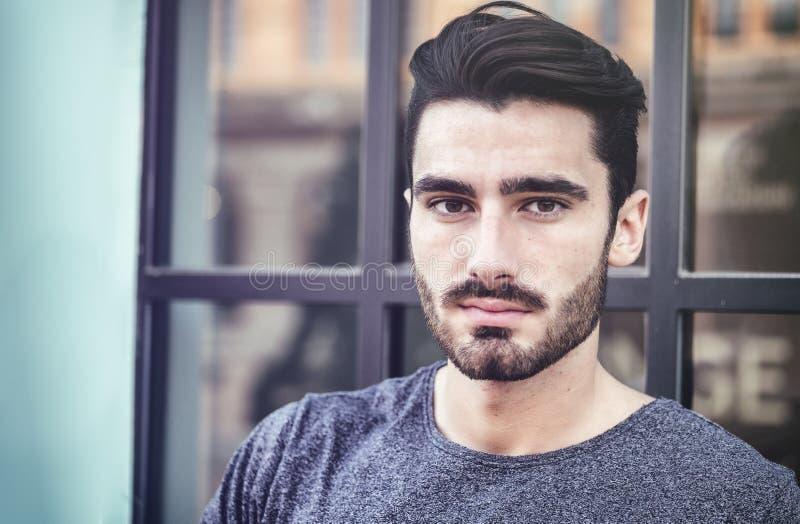 Привлекательный портрет молодого человека в городе стоковая фотография