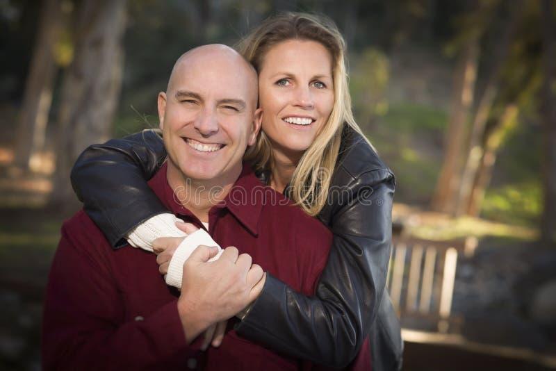 Привлекательный портрет пар в парке стоковые фото