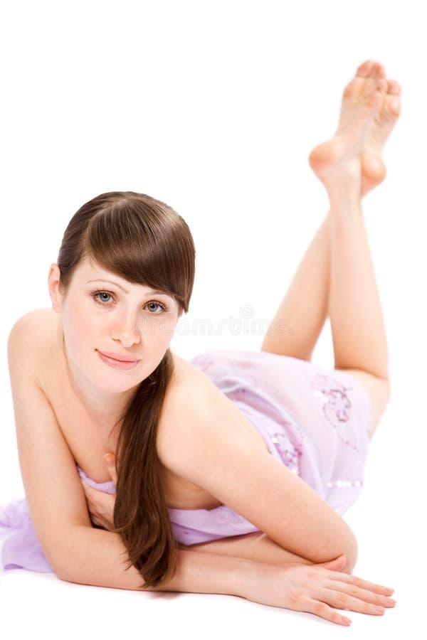 привлекательный салон массажа лож брюнет стоковая фотография rf