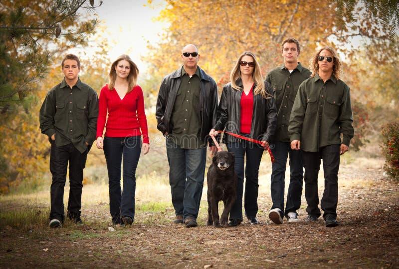 привлекательный семьи гулять портрета outdoors стоковое фото