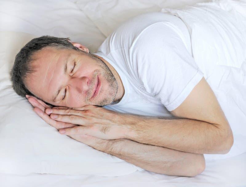 Привлекательный спать человека стоковое фото