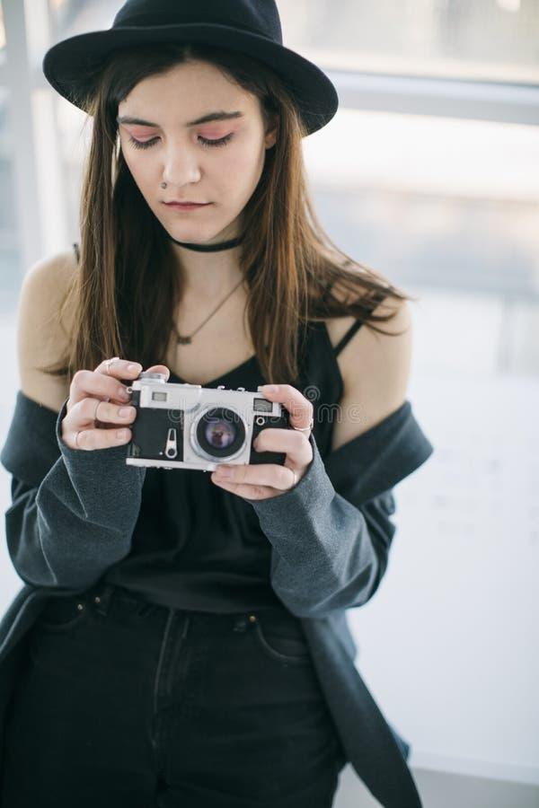 Привлекательный студент публицистики фотографа маленькой девочки стоковые фотографии rf