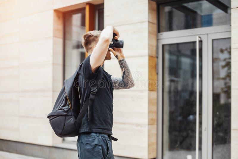 Привлекательный фотограф человека делая фото современного здания стоковое фото