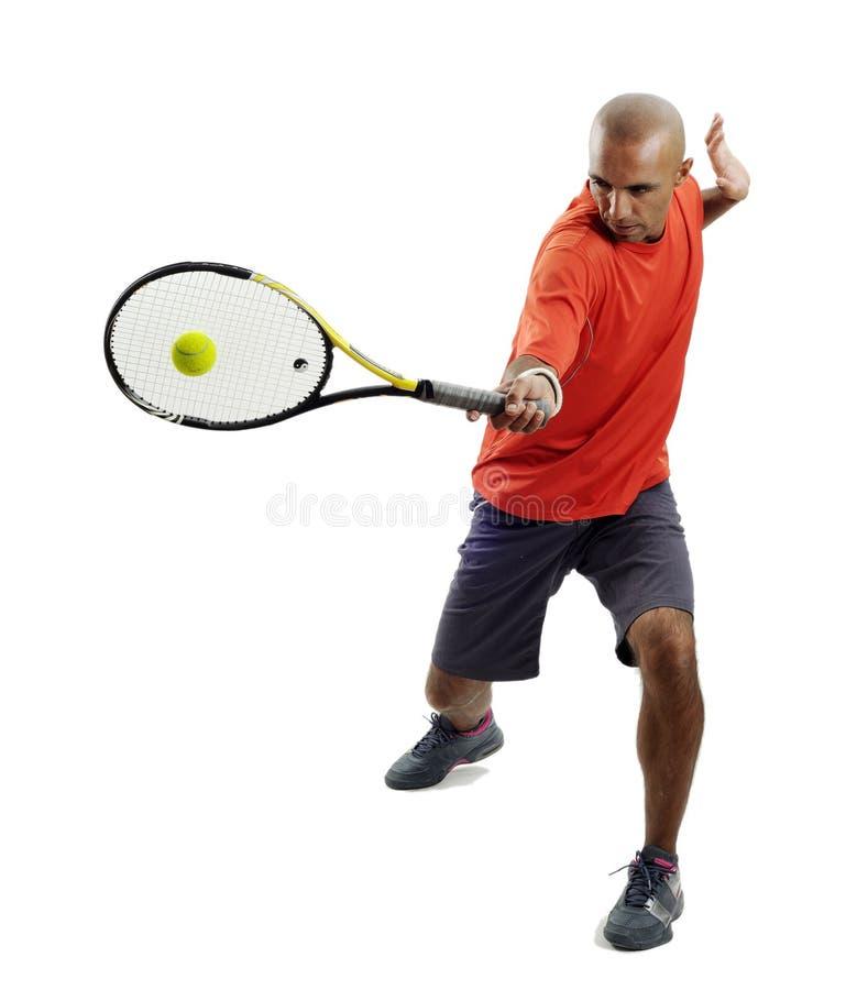 привлекательный человек играя детенышей тенниса портрета стоковое изображение rf