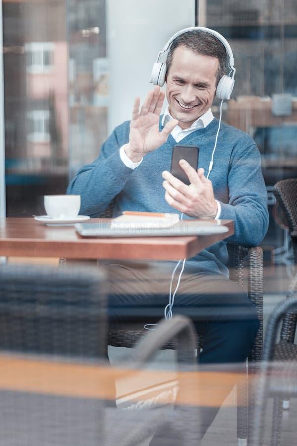 Привлекательный человек имея видео- переговор стоковое изображение