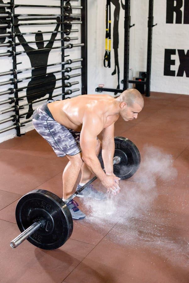 Привлекательный человек подготавливает поднять весы стоковое изображение rf