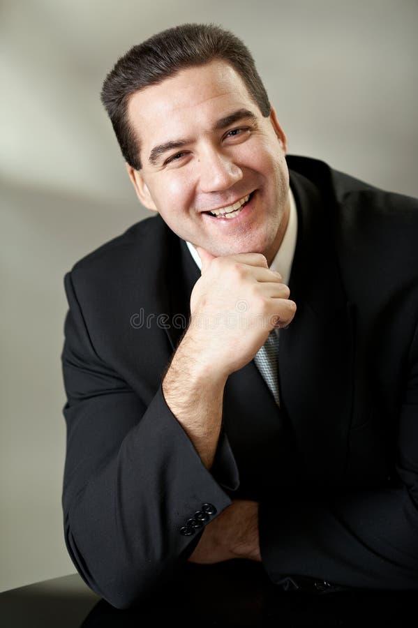 привлекательный черный костюм портрета бизнесмена стоковая фотография