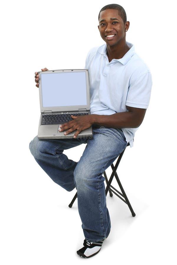 привлекательный экран человека компьтер-книжки показывая детенышей стоковая фотография rf