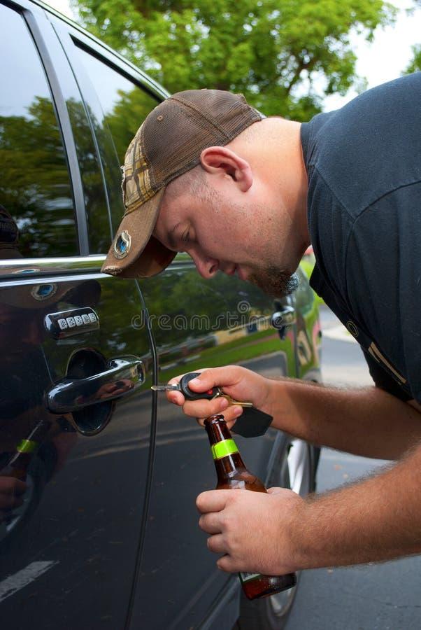 привод автомобиля выпитый его человеку к пробовать открывает стоковое изображение rf