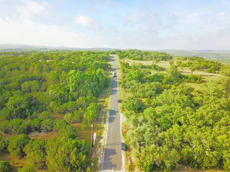 Привод вида с воздуха сценарный через ранчо страны холма в Техасе, США стоковые фото