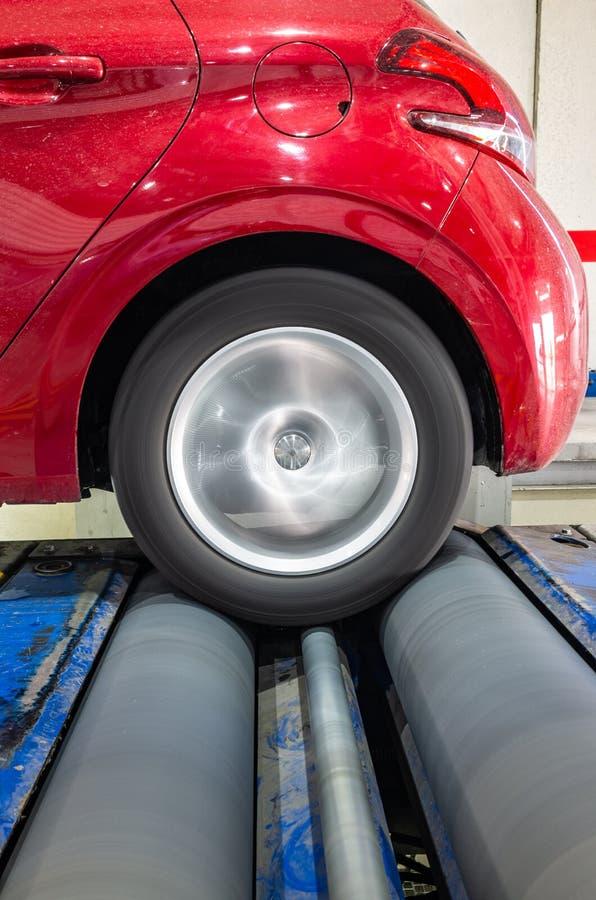 Привод заднего колеса представления испытания тормозов в лаборатории автомобиля стоковое фото