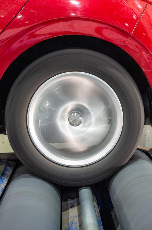 Привод заднего колеса представления испытания тормозов в лаборатории автомобиля стоковое изображение