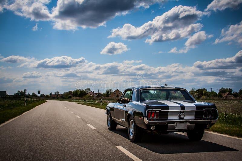 Привод 1967 Ford Мустанга мимо стоковое изображение rf