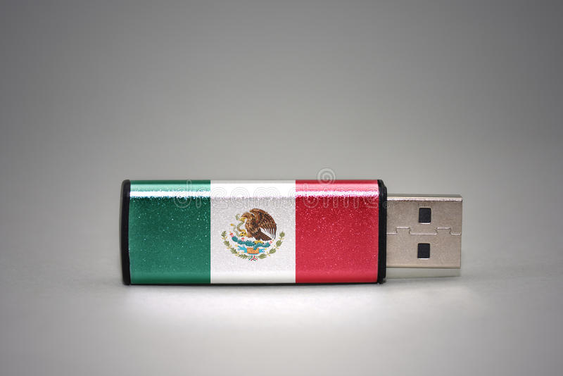Привод вспышки Usb с национальным флагом Мексики на серой предпосылке стоковое изображение