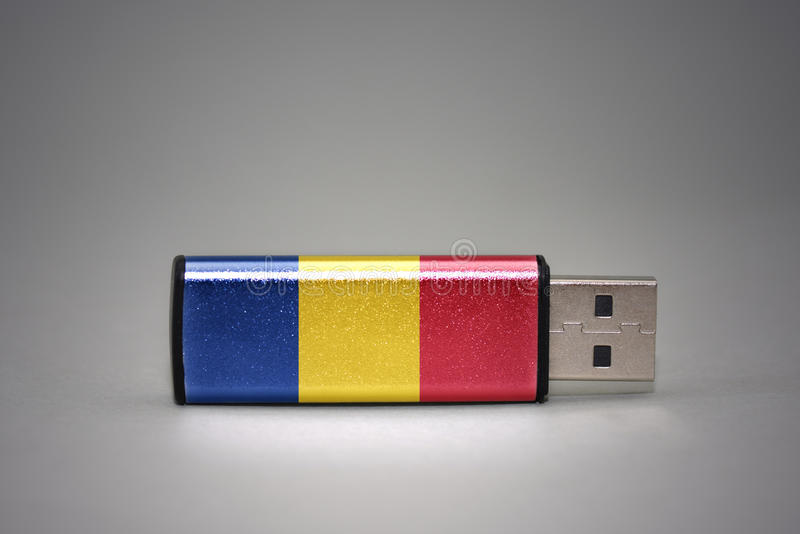 Привод вспышки Usb с национальным флагом Румынии на серой предпосылке стоковая фотография