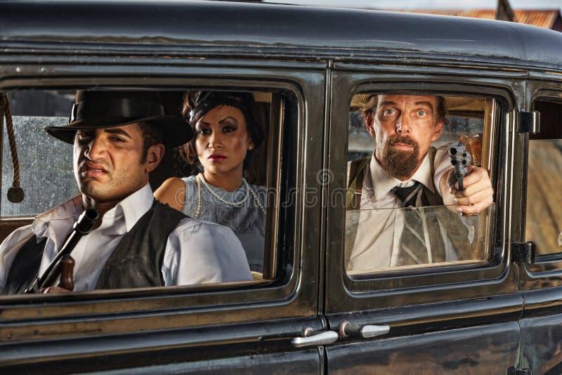 привод гангстеров эры 1920s мимо стоковое изображение rf