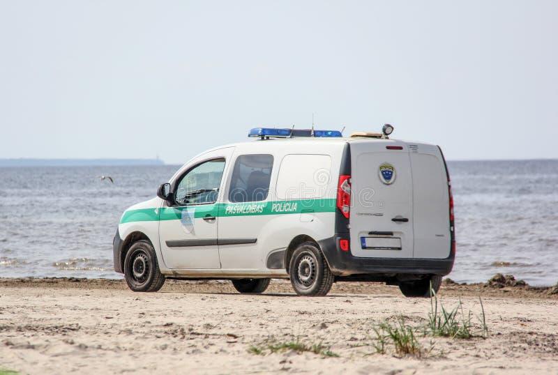 Приводы полицейской машины вдоль моря стоковая фотография