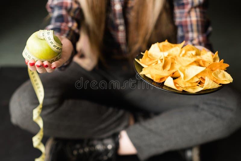 Привычка питания фаст-фуда плохая откалывает выбор яблока стоковые фотографии rf