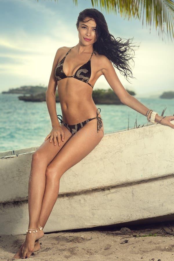 Привлекательная азиатская девушка в сексуальном бикини стоковые изображения rf