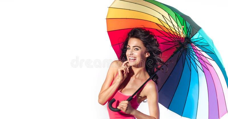 Привлекательная дама брюнет представляя с зонтиком стоковое фото rf
