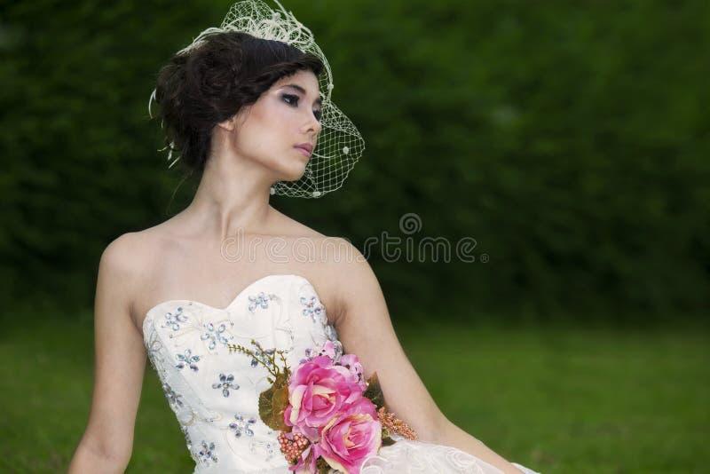Привлекательная дама в официально мантии в парке стоковое фото rf