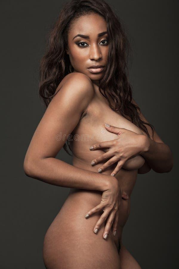 Привлекательная Афро-американская модель с длинными волосами стоковая фотография