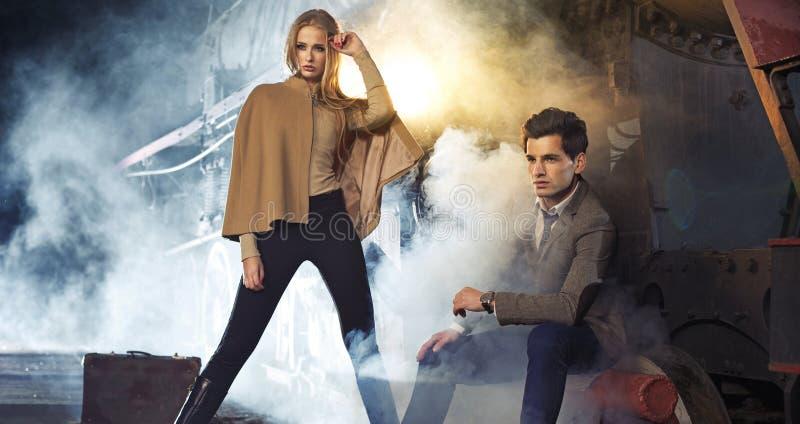 Привлекательная белокурая женщина с ее парнем стоковое фото rf