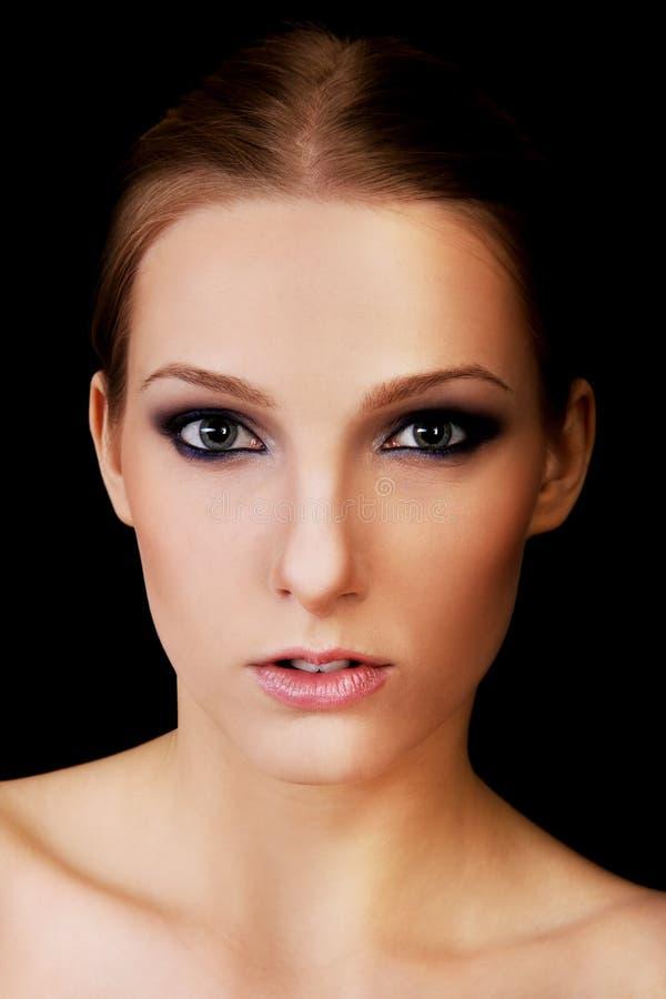 Привлекательная белокурая топлесс женщина с темнотой составляет стоковые изображения