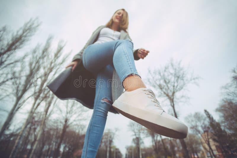 Привлекательная блондинка девушки- идет вокруг города стоковые изображения rf
