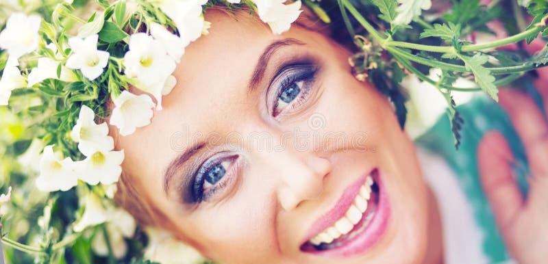 Привлекательная блондинка с красочным венком на голове стоковые изображения rf