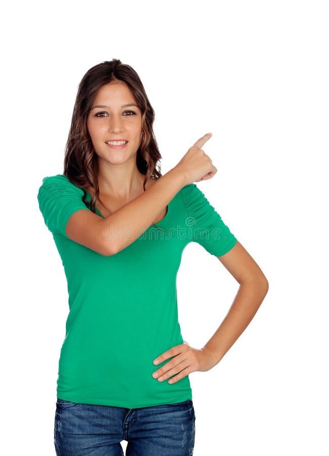 Привлекательная вскользь девушка в зеленом цвете показывая что-то стоковые фотографии rf