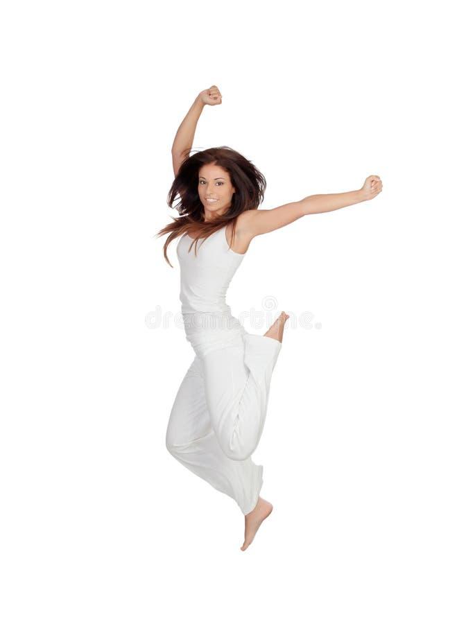 Привлекательная девушка брюнет одетая в белый скакать стоковое фото rf