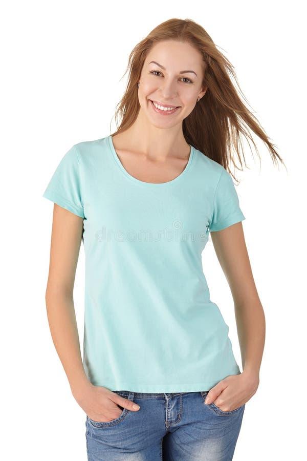 Привлекательная девушка в усмехаться футболки и джинсов стоковая фотография