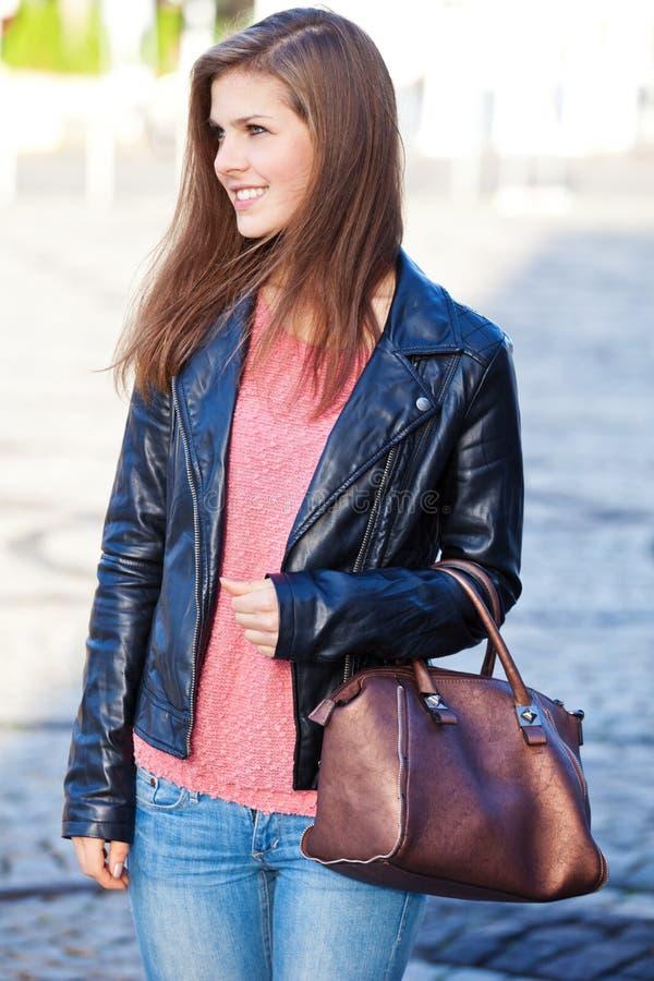 Привлекательная девушка в улицах стоковые фото