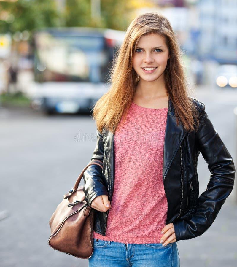 Привлекательная девушка в улицах стоковые изображения rf