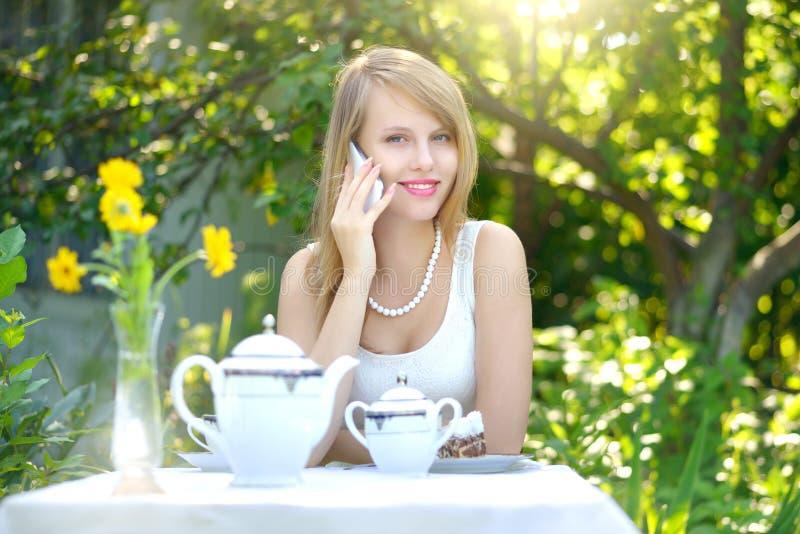 Привлекательная девушка говоря на сотовом телефоне стоковое изображение