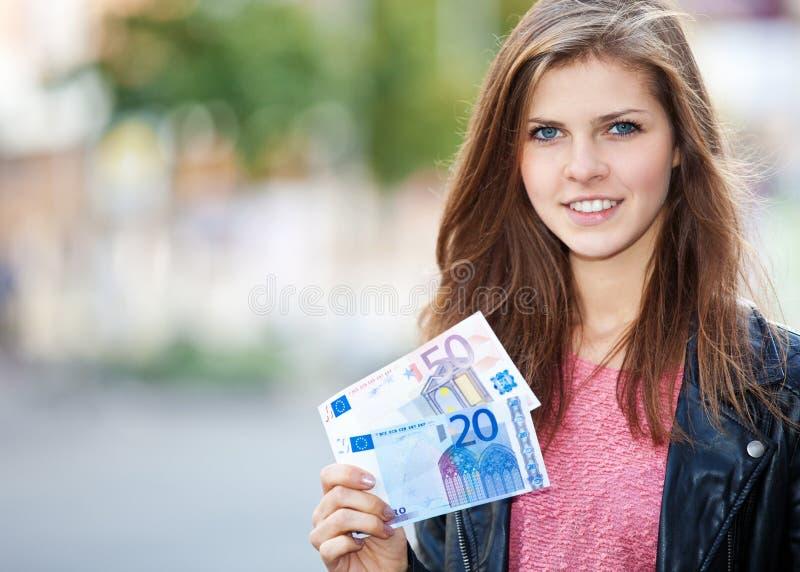Привлекательная девушка держа евро 70 стоковое изображение