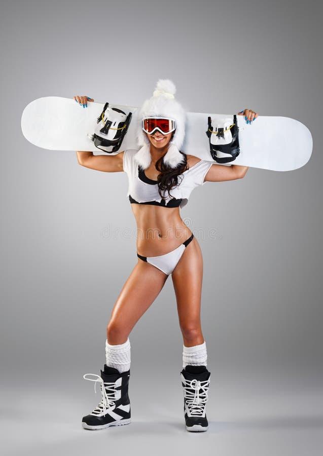 Привлекательная девушка держа сноуборд стоковая фотография rf