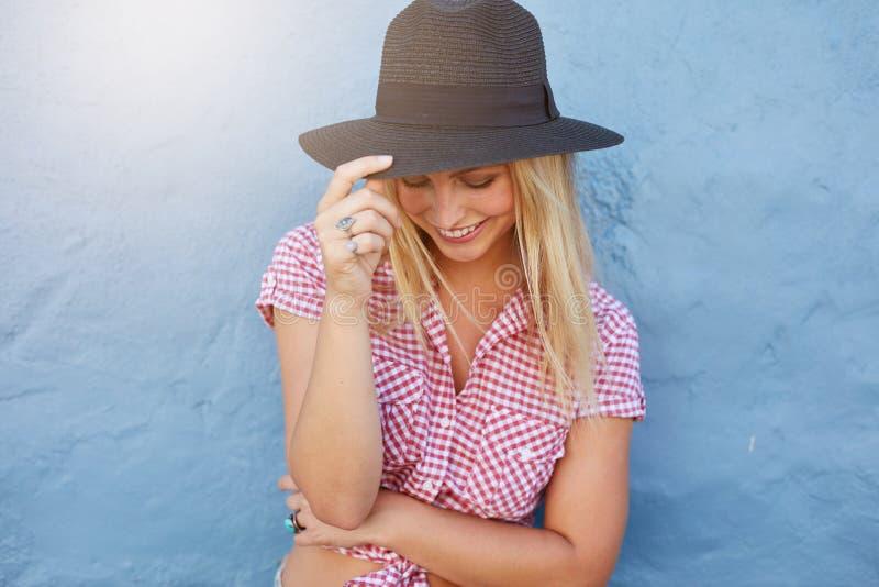 Привлекательная женская модель смотря счастливый стоковое изображение rf