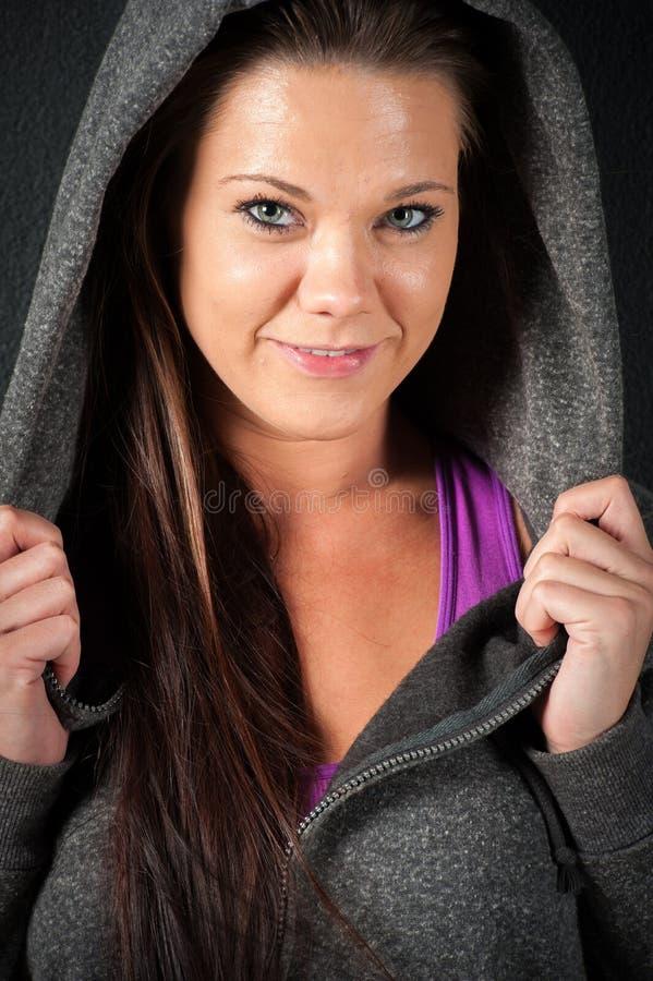 Привлекательная женская модель фитнеса изолированная на черной предпосылке стоковые изображения rf