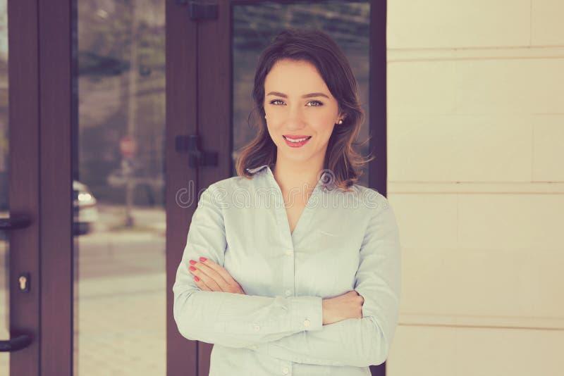 Привлекательная женщина агента недвижимости стоковое фото rf