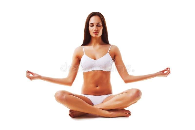 Привлекательная женщина брюнет в йоге стоковые фотографии rf