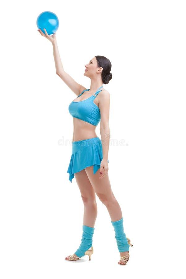Привлекательная женщина брюнет делая тренировки с шариком. стоковые изображения