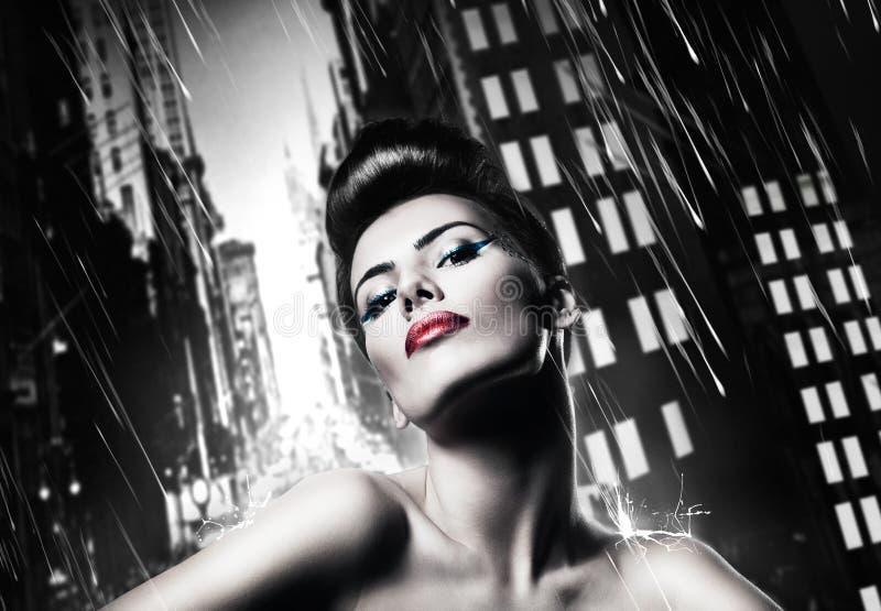 Привлекательная женщина брюнет с красными губами стоковые изображения rf