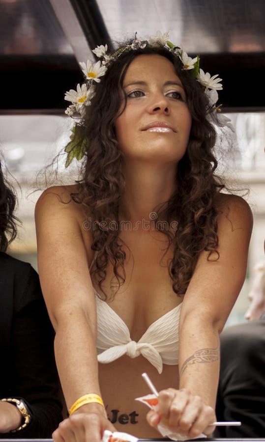 Привлекательная женщина, во время парада дня улицы Кристофера стоковое фото