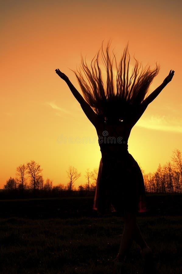 привлекательная женщина волос летания брюнет bodyart стоковое изображение