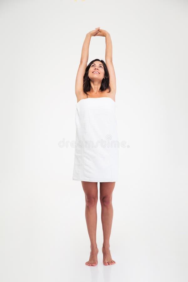Привлекательная женщина в полотенце сидя на поле стоковое фото rf