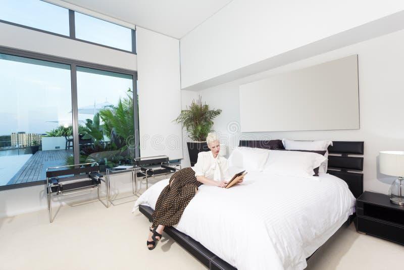 Женщина в спальне стоковая фотография rf