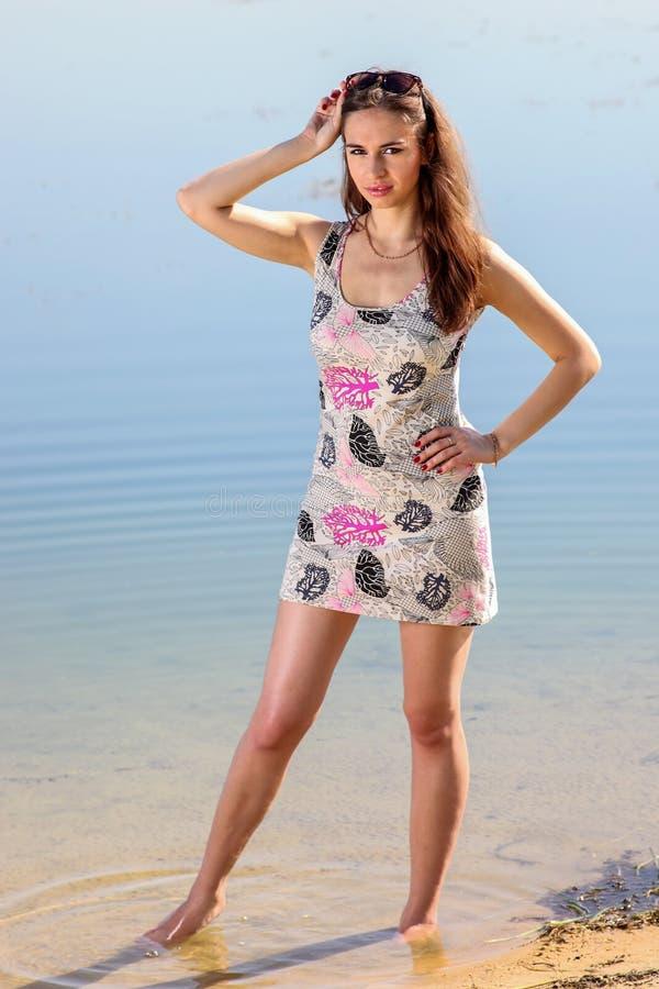 Привлекательная женщина в sundress стоковые изображения rf